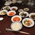 CHINESE DINING 新北京 - テーブルは主菜が取り分けて計8皿に