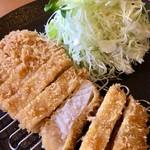 ちいさなとんかつやさん 106M - 料理写真:ロースかつ定食(1390円)(2016.10現在)