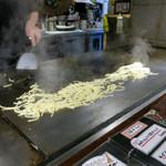 鉄板Dining ゆうあ - 茹でた麺を豪快に広げて焼き上げます
