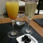58071183 - スパークリングワインとノンアル「オレンジとザクロのカクテル」