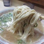 八ちゃんラーメン - 麺に絡む濃厚スープ