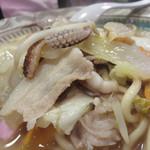 58074207 - チャンポン780円。                       具は炒めた豚肉、イカ下足、野菜、少々の練り物。