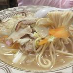 58074208 - でも、ほとんどのお客さんが食べているのは、                       トンカツではなく、チャンポンです。