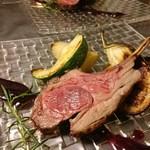 トラットリア カーサ カルマ - 料理写真:仔羊のロースト ブルーベリーソース(アラカルトハーフポーション) 付け合わせの野菜も盛りだくさん