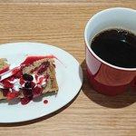 58087458 - スープ食堂 PERCH @中葛西 開店サービスで頂いたスポンジケーキとドリンクはホットティを選んで