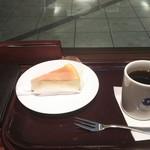 エクセルシオール カフェ - ドリップコーヒー(S)250円+ニューヨークチーズケーキ470円を注文しました。カウンター席にはコンセントがあり、スマホも充電できます。