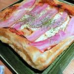 貝と魚と炉ばたのバンビ - 自家製パイ生地のピザ(大)¥1000