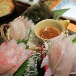 貝と魚と炉ばたのバンビ - 鮮魚の刺盛(3点盛)¥1280