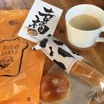58098009 - 購入したパンとカフェで求めたコービー