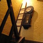coffee shop KAKO - 階段途中の柱時計