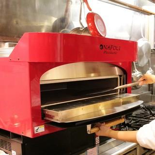 ピッツァ専用最高550℃の石釜で焼き上げる本格ナポリピッツァ