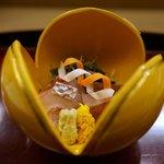 赤坂 菊乃井 - 造り: 明石の真鯛、山葵、さごし焼霜、菊花酢漬け
