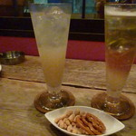 浅草薬酒バー - セージのトニック割(左)とジンジャーエールのハーブ割