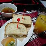Cafeるくら - ハーブチキンサンドセット 690円