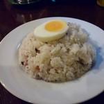 スープカレー ポニピリカ - 茹で卵を搭載したしっとりと固めの雑穀入りご飯はおかわり自由。