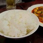 中国家庭料理 楊 - (2016/9月)ビールの直後に持ってこられた「ご飯」と「マーボー豆腐」