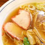58117782 - 赤い縁取りの焼豚、これはレトロですね。淡泊な味わいが醤油スープにマッチ