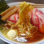 たいめいけん らーめんコーナー - 黄色みのある中華麺です。