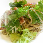 58120677 - 生ハムと生野菜のそば(拡大)