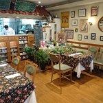 アンフルール - en Fleurs @西葛西 アルフォンス・ミュシャやロートレックなどの沢山の絵が飾られるコンパクトな店内