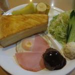 泉 - 厚切りトースト、ハムエッグ、ポテサラ付サラダ、ミニハンバーグ、バナナ、メロンという豪華な内容です♪
