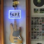 モーリス ガレージ - ビートルズモデルのギターかな!?