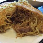 梅蘭 - 中に豚肉、ニラ、もやしの醤油味の具が入っています。
