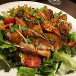 ANGKASA - サンバルチキンサラダ。ランチにこの一皿をガッツリといただきたい。