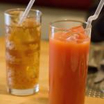 アガぺ カーザ マナカ - ブラッドオレンジジュース700円とジンジャーエール(辛口)800円