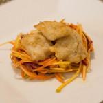 アガぺ カーザ マナカ - 前菜は松江漁港からカマスのベニエと有機人参のラペ