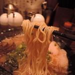58139582 - 麺は細麺ストレートっぽいが、緩やかなウェーブを描く麺線。加水率は中低級。