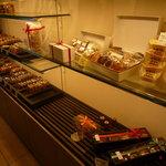 CALVA - 右端に見える「かまくらポテト」はこのお店の前身、『エミール』から引き継がれているお菓子だそうです。