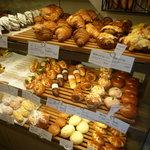 CALVA - デニッシュもお惣菜系のパンも充実のラインナップ♪