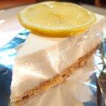 58150214 - ケーキセット 750円 の自家製レアチーズケーキ