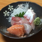 千歳 - 刺身の盛り合わせ。日本海産の魚の美味しさを楽しむことができます。