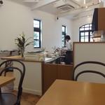 米安珈琲焙煎所 - 店舗内 一番奥の席から・・・