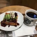 マザーリーフ ティー スタイル - 抹茶あずきワッフルのハーフサイズ ドリンクセットで610円