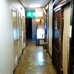 牛たん料理 雅 - 牛たん料理 雅@青葉通一番町 店舗前の通路