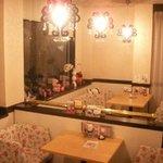 桜宮珈琲 - 禁煙スペースの雰囲気は大ホールとはガラッと変わってクリスタルカーテンに花柄のソファーでエレガンスに!
