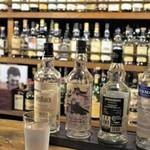 スペイサイドウェイ - カウンターに並ぶ酒