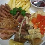 ブラッスリ オ ミエール - 人気のお肉3種盛り。鴨肉、ラム肉、豚肉…