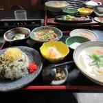 ひめ路 -  先ずは妻の頼んだ高菜飯定食1320円の出来上がり、高菜飯と小鉢、そしてだご汁の小さいサイズのセットでした。
