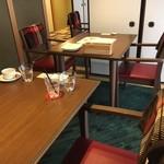 カフェ&ダイニング フルール - 奥のテーブル席