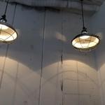 マンドリルカレー - 打ちっぱなしに温かい灯り
