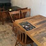 マンドリルカレー - 味のある、暖かなテーブル。床板も素敵です!