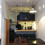 マンドリルカレー - カフェレベルのコンパクトさ、厨房に面したカウンター席もあります