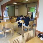 玉喜亭 - テーブルも小上がりもあります。