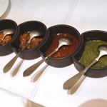 シターラ - パパドにチャトウニ、ミント、カルダモン、チリソースを付けて
