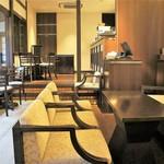 HATSUNEYA GARDEN CAFE - 内観=奥に個室あり