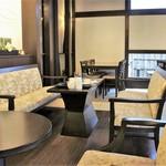 HATSUNEYA GARDEN CAFE - 内観=入り口付近